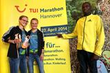 Lisa and Anna Hahner, and Evans Ruto, ahead of the 2014 TUI Marathon Hannover (TUI Marathon Hannover / Florian Arp)