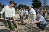 Blanka Vlasic and Pierre Weiss assist the planting of olive trees in Split (organisers)