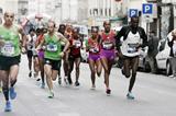 Ethiopian Tirfi Tsegay Beyene on her way to victory at the 2012 Paris Marathon (Vincent Lyky)
