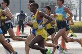 Martin Mathathi en route to winning at the 2014 Marugame Half Marathon (Masamichi Makino (Getsuriku))