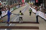 John Komen heads off Joel Kimurer in 2009 Turin Half Marathon (Chiara Calliero)