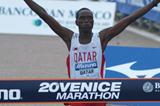 Mubarak Hassan Shami celebrates his win at the 2005 Venice Marathon (Lorenzo Sampaolo)