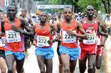 Tariku Bekele (225) en route to victory through the Sao Paulo rain (Sérgio Shibuya/organisers)