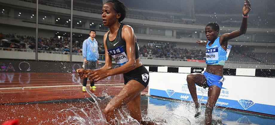 Beatrice Chepkoech and Norah Jeruto in the steeplechase at the IAAF Diamond League meeting in Shanghai (AFP / Getty Images)