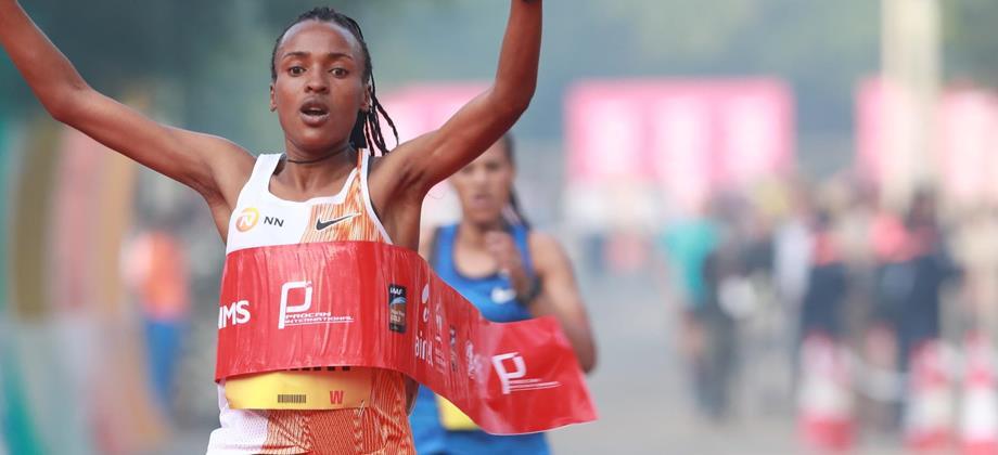 Tsehay Gemechu wins the Delhi Half Marathon (Procam International)