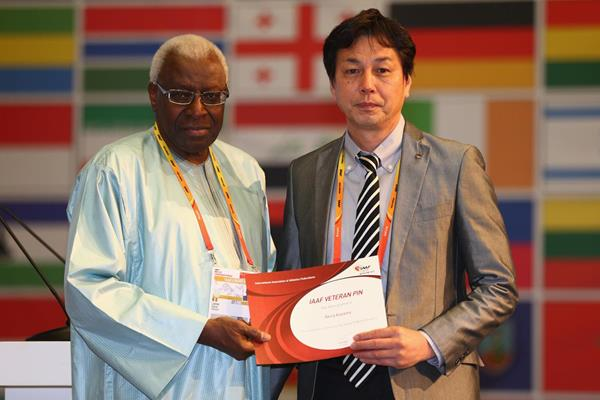Akira Kazama receives an IAAF Veterans Pin at the 49th IAAF Congress in Moscow (IAAF)