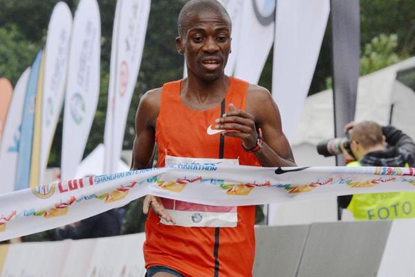 Stephen Mokoka wins the 2015 Shanghai Marathon (Organisers)