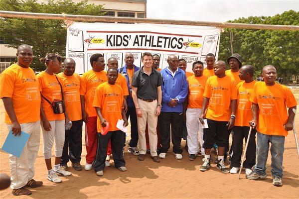 Coe and Bayi (centre) with Young Leaders at Kibasila School in Dar es Salaam, Tanzania (IAAF)