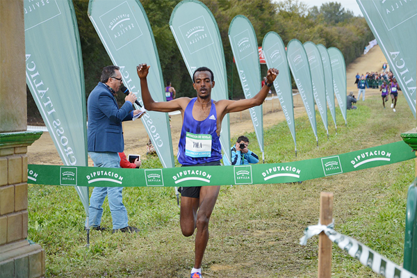 Tamirat Tola winning at the 2016 Cross Internacional de Italica (Foto ANOC)