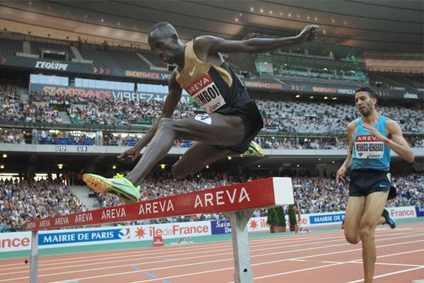 Ezekiel Kemboi leads the 3000m Steeplechase at the 2013 Paris Diamond League meeting (Jean-Pierre Durand)