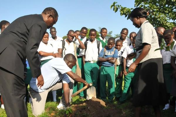 Paul Tergat helps with the launch of a tree-planting initiative in Kampala (Kampala 2017 LOC)