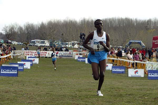 Rose Jepchumba en route to her win at the 2005 Soria EAA Cross (Luis Angel Jejedor)