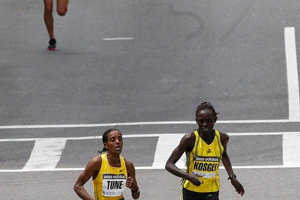 Down the final metres - Dire Tune (l) and Salina Kosgei, with Kara Goucher trailing in Boston (Getty Images)