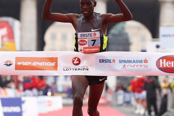 Henry Sugut wins the 2012 Vienna Marathon (Jean-Pierre Durand)