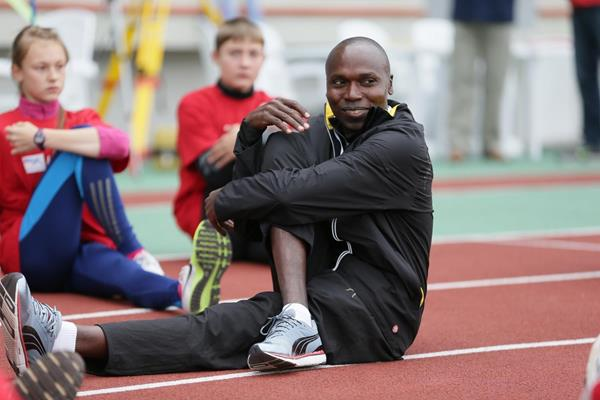Wilson Kipketer demonstrates strecthing exercises to young Russian runners in Zhukovsky, June 2014 (Aleksander Kiselev )