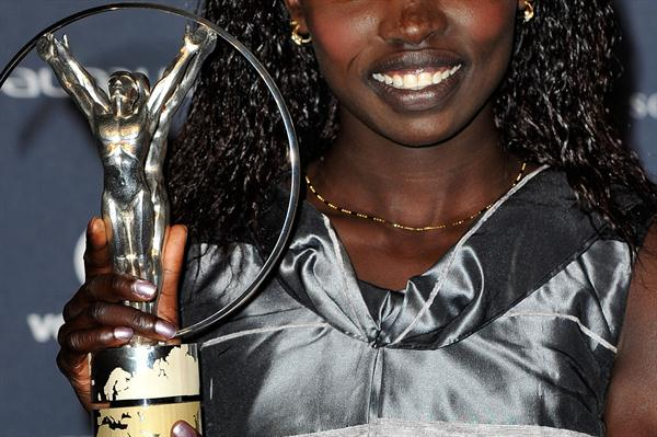 Vivian Cheruiyot with her Laureus Sportswoman of the Year Award (Getty Images)