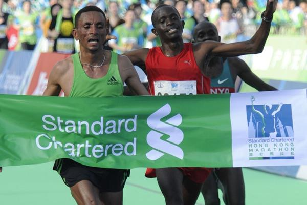 Dereje Abera (l) outsprints Eliud Cheptei in Hong Kong (Organisers)