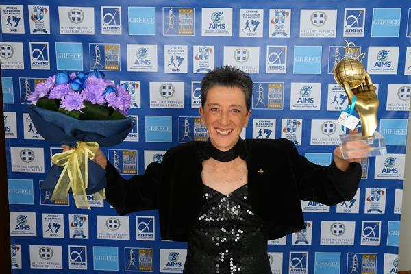 Rosa Mota with her AIMS Lifetime Achievement Award (Francis Kay/Marathon-Photos.com)