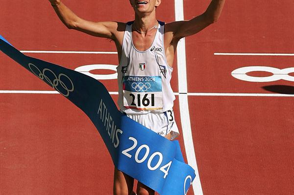 Ivano Brugnetti triumphs in the 20Km Race Walk in Athens 2004 (Getty Images)