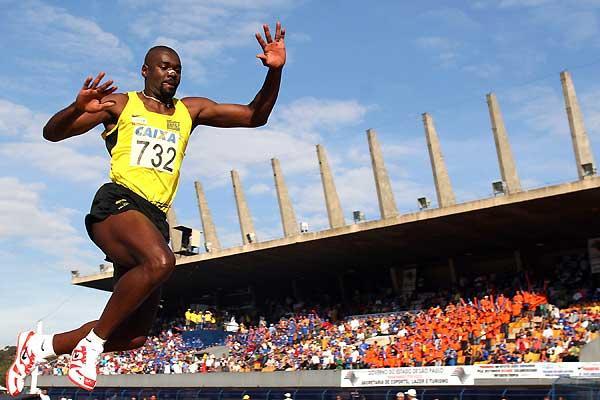 Jadel Gregório leaps 17.70m in São Paulo, Brazil (Wander Roberto)