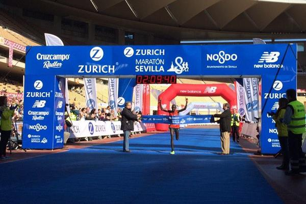 Lawrence Cherono winning at the 2015 Maraton de Sevilla (organisers)