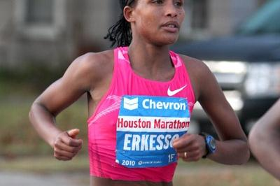 Teyba Erkesso on the way to her 2:23:53 PB in Houston (Victah Sailer)