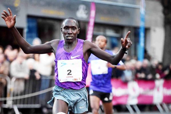 Cornelius Kangogo wins the 2015 Corrida Pedestre International de Houilles (Jiro Mochizuki)