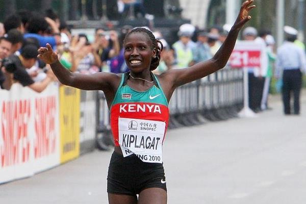 Florence Kiplagat wins the 2010 World Half Marathon title in Nanning (Getty Images)