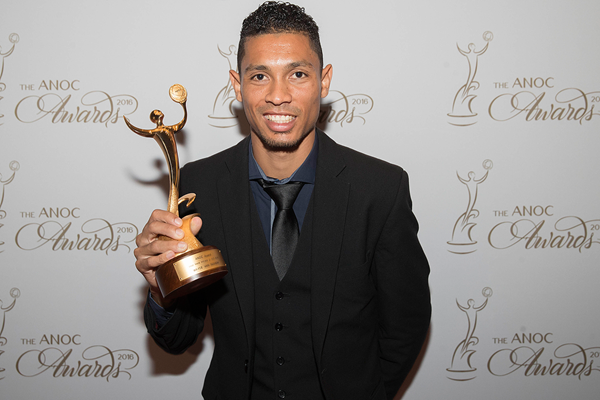 Wayde van Niekerk with the ANOC award for best male athlete of Rio 2016 (Getty Images)