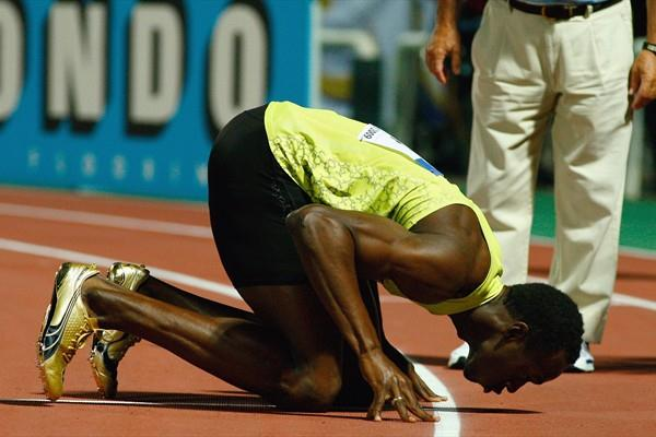 Usain Bolt kisses the Thessaloniki track to round out a fantastic 2009 campaign (Getty Images)