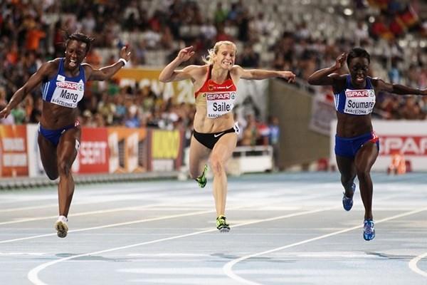 Verena Sailer (c) takes the European 100m title ahead of Veronique Mang (l) and Myriam Soumare (r) (Freelance)