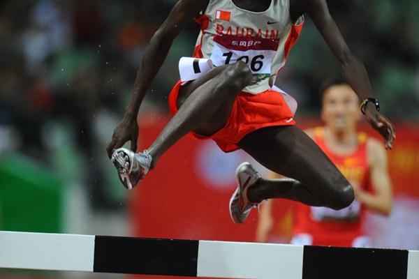 Tarek Mubarak Taher cruises the Asian title in the steeplechase (Jiro Mochizuki)