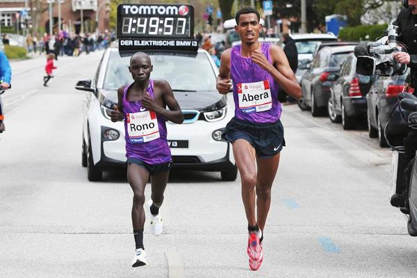 Tesfaye Abera en route to his 2:06:58 win in Hamburg (Haspa Marathon Hamburg / Hochzwei)