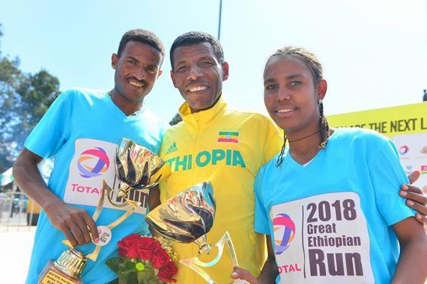 Great Ethiopian Run winners Hagos Gebrhiwet and Fotyen Tesfaye with Haile Gebrselassie (Jiro Mochizuki)