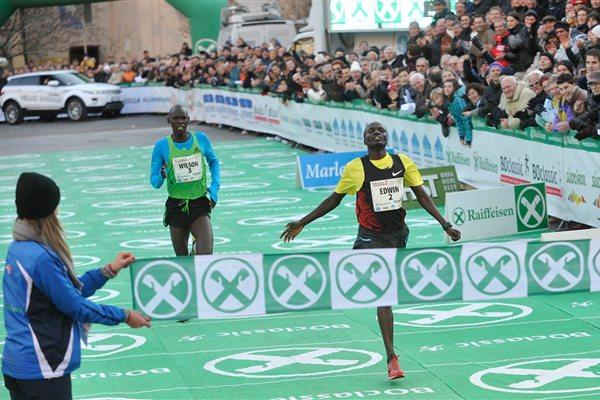 Edwin Soi holds off Wilson Kiprop to collect his fourth Bolzano victory (BOclassic/Mosna)