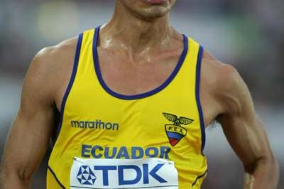 Jefferson Perez of Ecuador wins the 20km race walk gold medal in Helsinki (Getty Images)