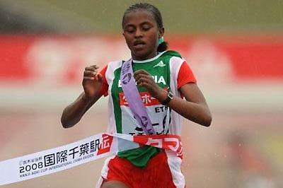 Tsega Gelaw of Ethiopia comes home in the 2008 Chiba Ekiden (Takefumi Tsutsui (AgenceSHOT))
