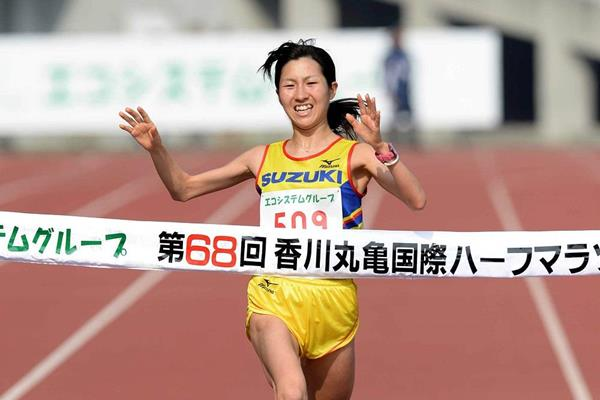 Eri Makikawa wins at the 2014 Marugame Half Marathon (Masamichi Makino (Getsuriku))