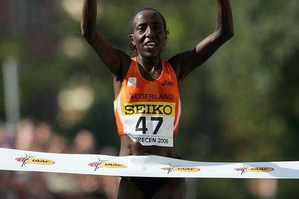 Lornah Kiplagat wins the women's race at the 2006 IAAF World Road Running Championships in Debrecen (Getty Images)