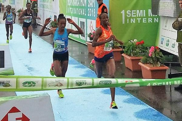 Meseret Belete Tola (r) out-sprints Dalilah Abdelkadir Gosa to win the Safi Half Marathon (Ekaterina Moysov)
