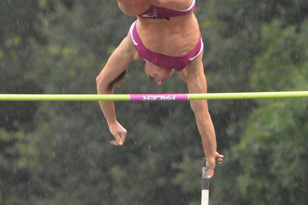 Yelena Isinbayeva in very rainy Heusden (Nadia Verhoft)