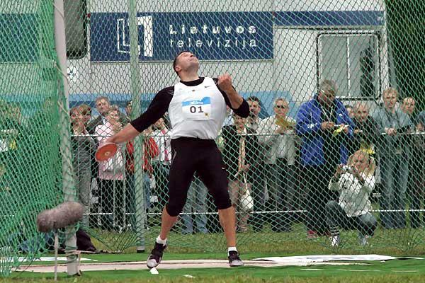 Alekna throwing at his own meet in Vilnius (Alfredas Pliadis)