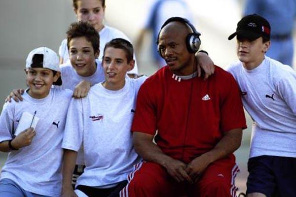 Maurice Greene with young fans (Allsport)