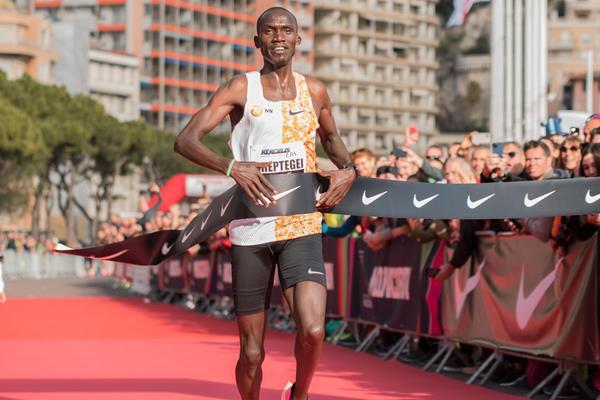 Joshua Cheptegei breaks the world 5km record in Monaco (Etienne Fiacre)