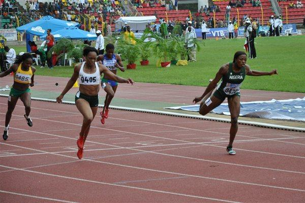 Nigeria's Gloria Asumnu (0405) edges compatriot Lawretta Ozoh (0422) to win the women's 200m in Porto-Novo (Yomi Omogbeja/AthleticsAfrica.Com)