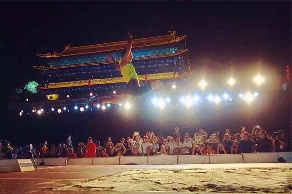 Shu Yuhao in the street long jump competition in Xi'an (Organisers)