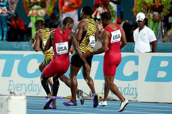 USA drop the baton in the 4x200m final at the IAAF/BTC World Relays, Bahamas 2015 (Getty Images)