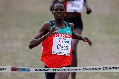 Emily Chebet of Kenya sprints to win the women's senior race in Bydgoszcz 2010 (Getty Images)