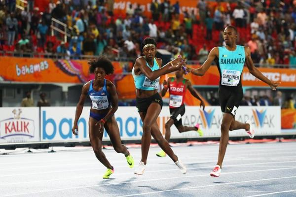 Steven Gardiner hands the baton to Shaunae Miller-Uibo during the mixed 4x400m at the IAAF/BTC World Relays Bahamas 2017  (Getty Images)