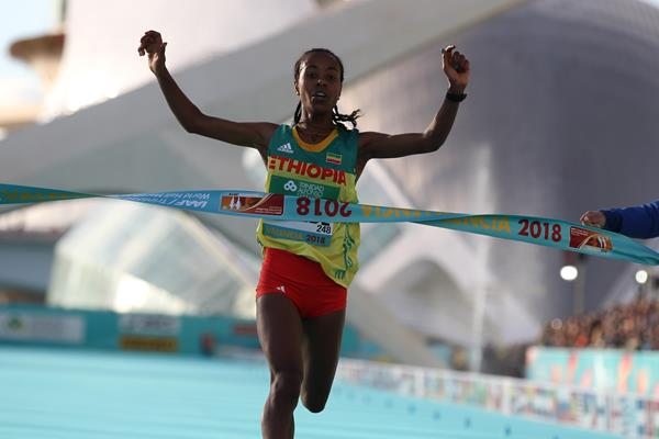Netsanet Gudeta Kebede clocking 1:06:11 world record in Valencia (Jean Pierre Durand)